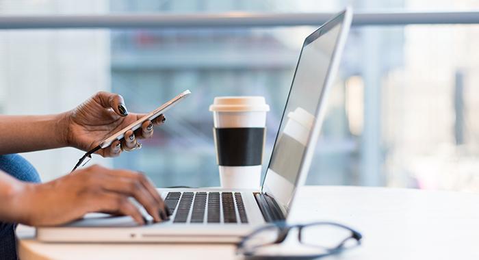 laptop en telefoon op kantoor